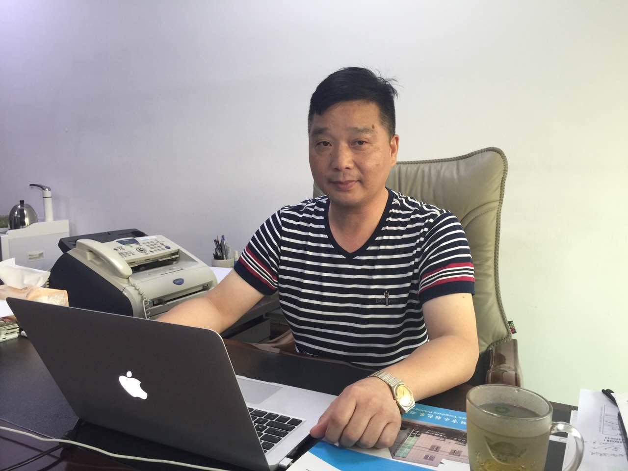 平湖市永胜包装彩印有限公司董事长陈永生在办公室   吴礼明 摄影 (1).jpg